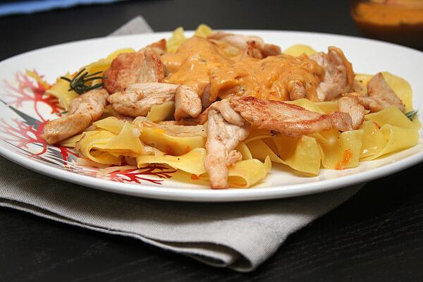 Лапша с курицей и соусом