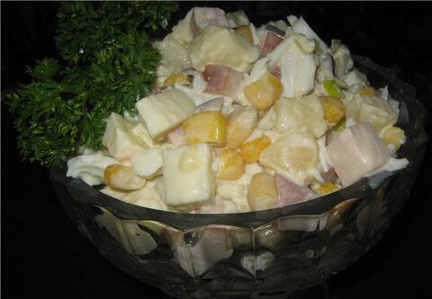 салат с ананасом, кукурузой и куриной грудкой
