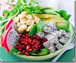 fruktovij-salat-granat-pitajya-oreh-struchki-fasoli-i-avokado