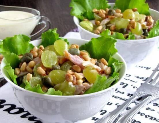 салат с курицей, виноградом и кедровыми орешками