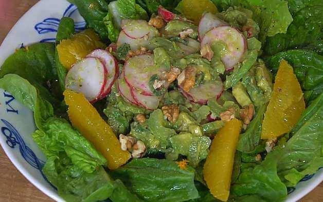 салат с орехами и авокадо